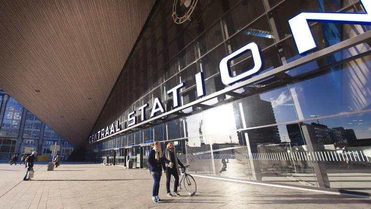 Reizigers aan de voorzijde ingang van het Centraal station.